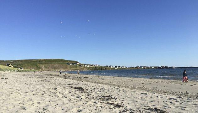 KVELDSTUR PÅ STRANDEN: Når sommeren kommer samtidig som lange arbeidsdager, er det fint å benytte sjansen til en rask strandtur en lørdags ettermiddag. La oss nyte disse hverdagsøyeblikkene!