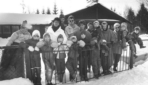 Skredderåsen barnehage, barn og voksne samlet utenfor barnehagen, i 1987.