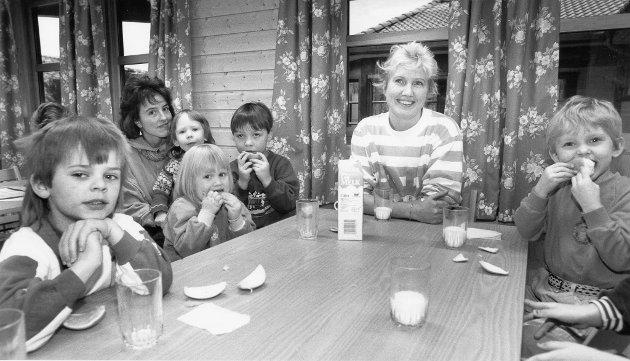 Vestvikheia barnehage, 1990 – 1992. I begynnelsen av januar 1990 ble de første ungene tatt imot i det siste tilskuddet på barnehagefronten i Rana – Vestvikheia barnehage på Gruben. En privatdrevet og delvis dugnadsbygd barnehage. Her ser vi styrer Wenche Klæbo (ved bordenden) og førskolelærer Ingrid Moe og en masse heldige barn.