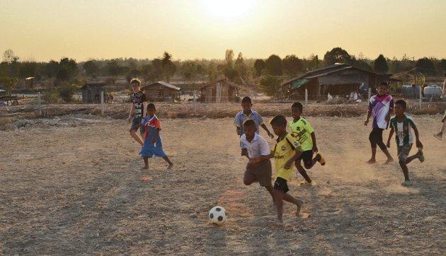 I Nordøst-Thailand spilte vi fotball sammen med barn og ungdom på et gruslagt underlag med piggtråd som ville vært kondemnert i Norge, skriver Trond Albert Skjelbred i dette innlegget. Innleggsforfatteren var blant de voksne som var med til Thailand sammen med ungdommer fra Åsane menighet. Turen er en del av prosjektet «Sammen om verden», som skal gi ungdom                                              mulighet til å oppleve og reflektere over rettferdighet og urettferdighet i verden.