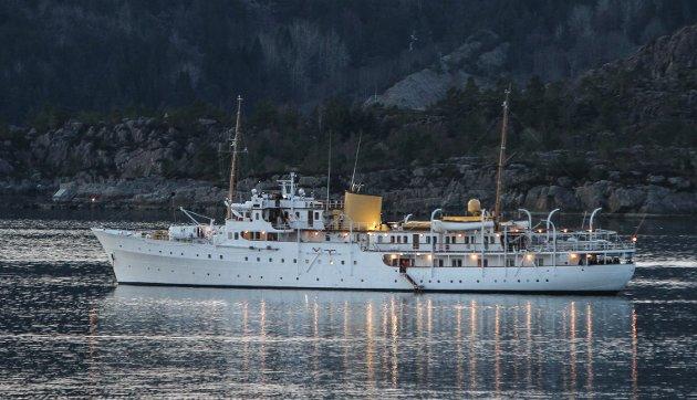 Kongeskipet opp ankra i Botnafjorden nord om Botnaneset.