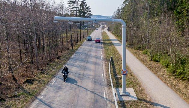 En leser sliter med å følge de nye reglene for sykling på gang- og sykkelveier, og velger derfor heller å sykle i veibanen langs Veumveien. Illustrasjonsfoto: Erik Hagen