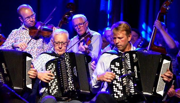 LIV OG SJEL: «Nygaard i 100» ble markert til gagns på Sør-Fron i helga.  Her fra konserten på Rudi gard for fullsatt hus lørdag.