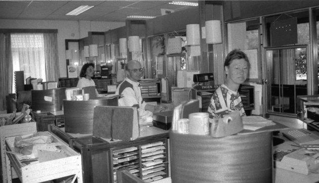 BRANDBU: Brandbu poskontor i 1993. Åse Bækken (til venstre), postmester Lars Fredsvik og Kari Fredsvik.