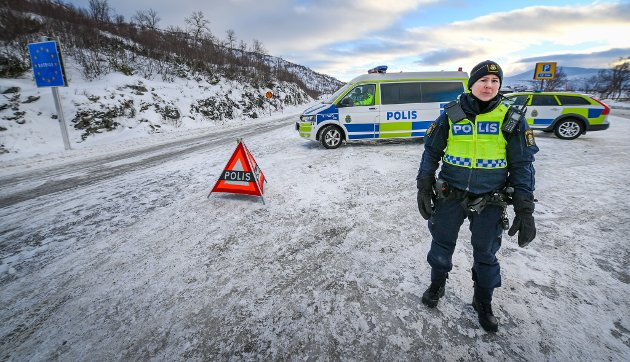 Ny situasjon på grensen i Umbukta. Svenskene har stengt grensen for innreise og alle fra Sverige skal testes i den nye teststasjonen ved Umbukta fjellstue. Det svenske politiet Polisen har flere patruljer på plass som har grensekontroll og stopper all innreise fra Norge.