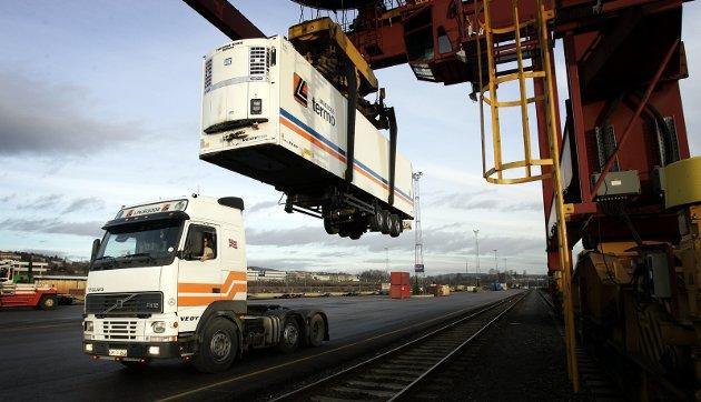 Fra jernbane til vei: Fraværet at høyhastighets jernbane mellom Norge og Sverige har ført til at jernbanen gradvis har tapt i konkurransen med veitransport, skriver innsenderen. Illustrasjonsfoto: NTB scanpix