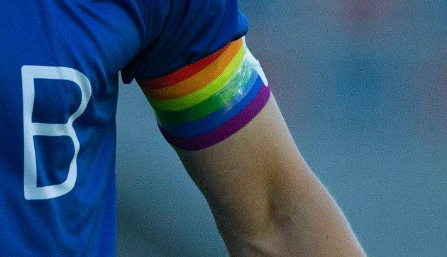 – I fotballturneringa Seljecup skal alle spelarane få kvart sitt regnbogearmbind som har blitt sponsa av Selje næringsforeining og Coop. Så borna skal no formidle dei idear og den ideologien som ligg bakom Pride, skriv Ole G. Steen.
