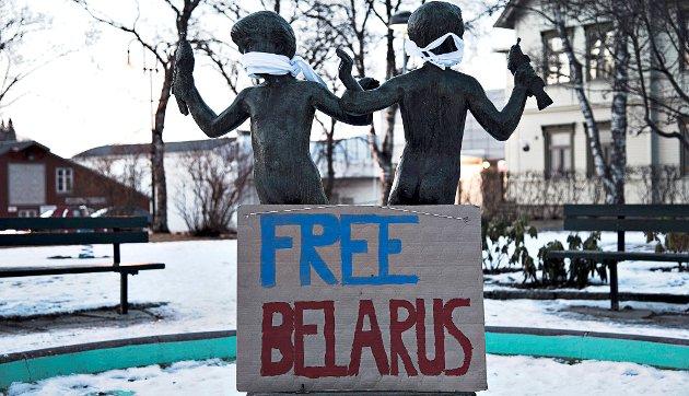 Da ungdomspolitikere fra Innherred demonstrerte mot diktaturet i Hviterussland for noen år siden, ble statuene på Levanger torg ble kneblet for å symbolisere undertrykkelsen i landet.