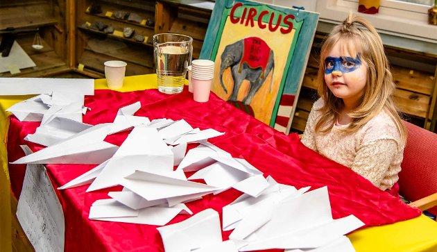 Sofia (9) mottok publikum med stor sirkusplakat, vann til de som var tørste, og seilfly for de som ønsket seg en tur flytur uten eksos.