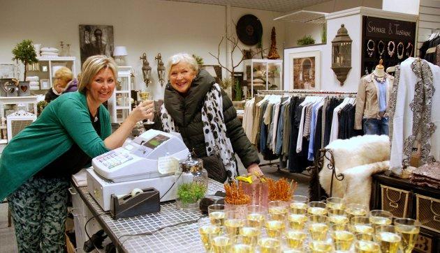Bildet er fra reåpningen av Hanne's på Rygge Storsenter. Mona Heibø og kunde Karin Ringom.