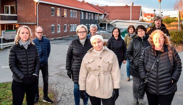 - RESPEKTLØST: - Det er uverdig og respektløst å behandle gamle på denne måten, mener pårørende ved Fjellvoll bo- og servicesenter. F.v. Hilde Kristoffersen, Knut Lundbekk, Anne Karin Kristoffersen, Åge Evensen, Ingeborg Leirdal, Ranveig Glimsdal, Sine Bjerke Warholm, Tone Glimsdal Johansen, Johan Bjerke og Grete Ulsrud