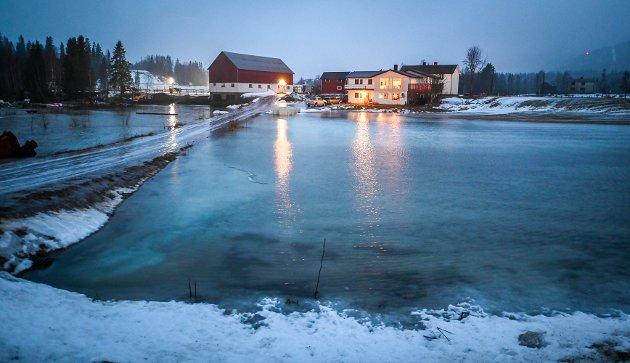 På Røssvoll sto vannet langt innover jordene. Regn og flom fra Røssvoll til Bordvedaven i Langvassgrenda.