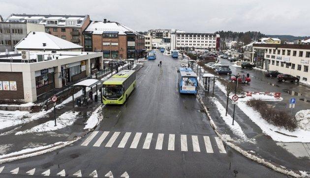 For dårlig: – Jeg bistår gjerne – gratis – med å male og rydde på holdeplassene, sier Hans Høyer.Foto: Frode Johansen