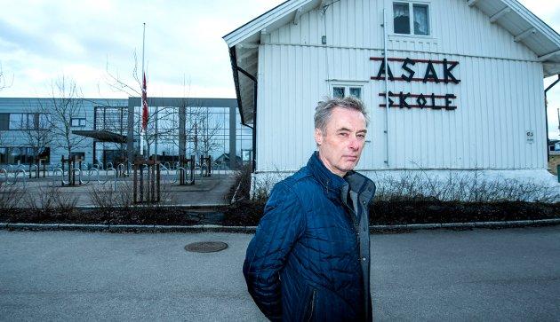 I SORG: Rektor Helge Gundersen ved Asak skole holdt minnestund for den 12 år gamle jenta som omkom etter en ulykke i alpinbakken på Sjusjøen forrige tirsdag. FOTO: VIDAR SANDNES