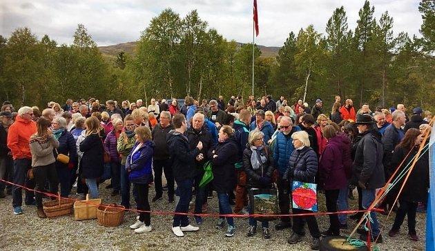 Folk stod klare med kurver og poser da årets loppemarked i Feragen åpnet kl 11 lørdag.