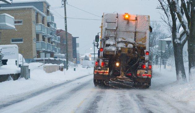 Sparte penger: Kommunen har sluppet billig unna snøbrøyting hittil i år, men det kreves mye salting når det skifter mellom pluss- og minusgrader med nedbør.