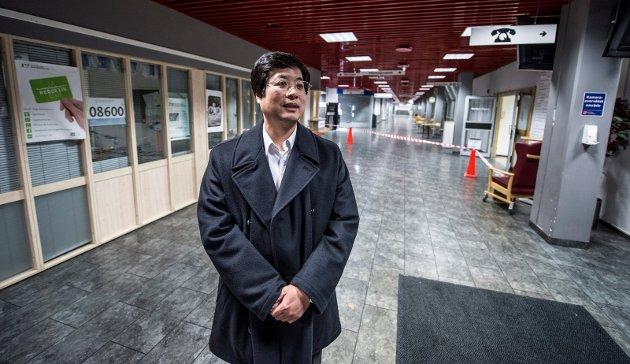 Ukjent aktør kjøpte:  Kan Cao var en ukjent  eiendomsaktør i Bergen da han kjøpte  sykehuset på 55.000 kvadratmeter i Fredrikstad.  Her står han alene igjen i vestibylen.  Ingen hadde drømt om at han kom til å satse så stort som han har gjort gjennom sykehuskjøpet.