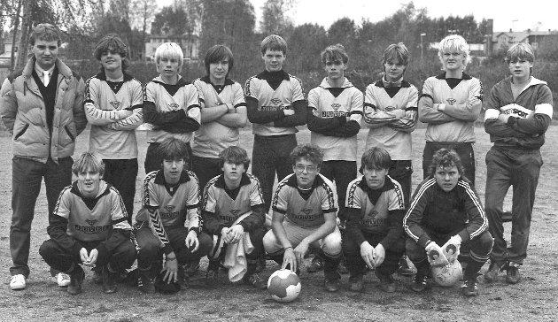 MFK oktober 1977. Trener Rune Jørgensen. På bildet ser vi blant andre Lars Jensen (nr 3 bak fra v.), Rune Listerud (nr. 3 bak fra h.) og Erik Holtan (helt til høyre, bak).