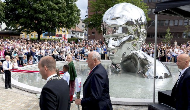 «Genesis»: Hans Majestet Kong Harald avduket tusenårsskulpturen «Genesis» på St. Mariesplass i Sarpsborg i juli. Spørsmålet er nå om Fredrikstad vil få et lignende symbol.arkivfoto: Jarl Morten Andersen