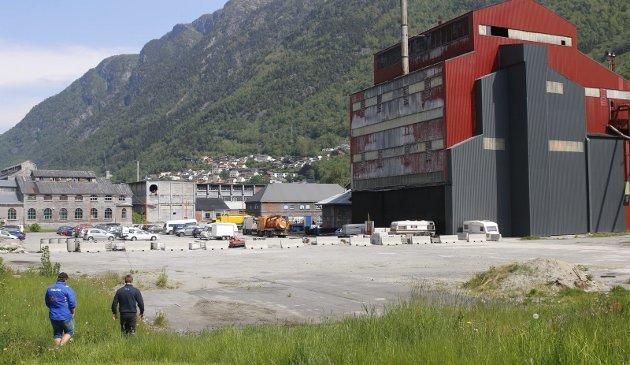 NASJONALDAG: Her, på smelteverkstomta vest for Ovn 3, kan det bli 17.mai-feiring neste år.