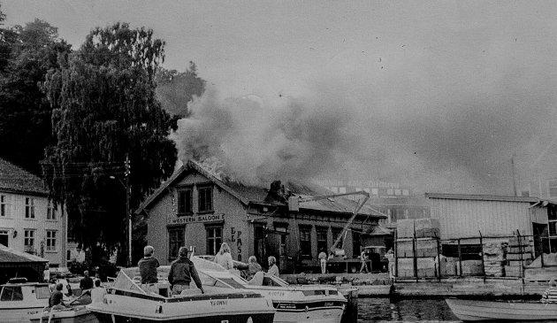 El Paso brenner. Mange båter samlet seg for å se på slukningsarbeidet.