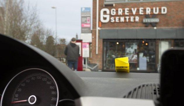 OMDISKUTERT: Parkeringsautomaten på Greverud senter har skapt mye irritasjon, men ikke alle er enige i at de utgjør et problem. Hva mener du?