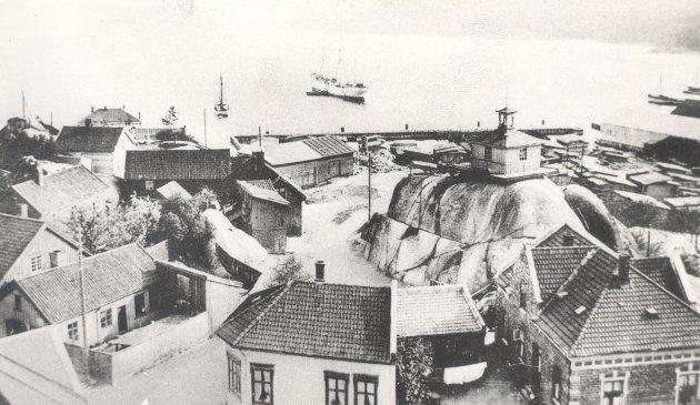 Brannvaktstårnet på Bøkkerfjellet, trolig fotografert fra den nye brannstasjonen 1910-1915. (Foto: Per Nyhus lokalhistoriske fotosamling)