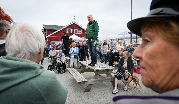 Trygve Slagsvold Vedum, (SP) ankom Nesna med hurtigruta Nordnorge. På kaia var det marked og masse folk som møtte han før turen gikk innom Nord universitet og RIB videre til Sandnessjøen.