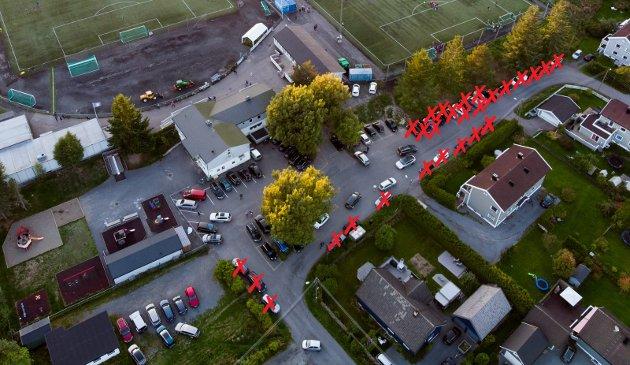 – Helt utrolig: Innsenderen lurer på om de som ønsker å fjerne parkeringsplasser ved Rolvsrud stadion noen gang har vært på fotballkamp. Foto: Vidar Sandnes