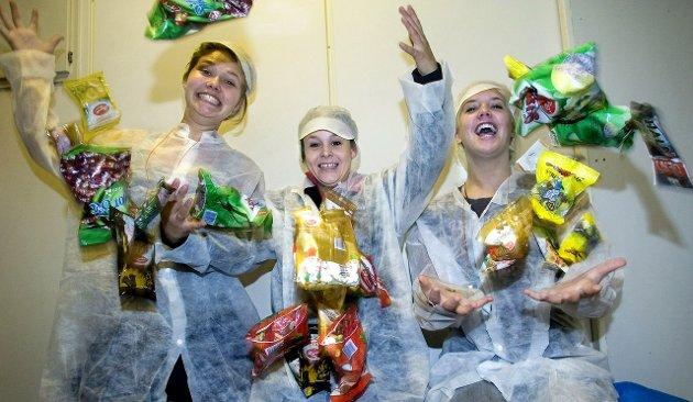 Gøy med OD: Bildet er fra aksjonen i 2007 da Frida Kjellesvig (fra venstre), Sunniva Adam og Anette Sandbu pakket godteri hos Brynild.Arkivfoto: Trond Thorvaldsen