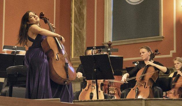 Solist: Cellist Alisa Weilerstein som solist underJoseph Haydns cellokonsert i D-dur foran en fullsatt Bibliotekets aula fredag kveld.