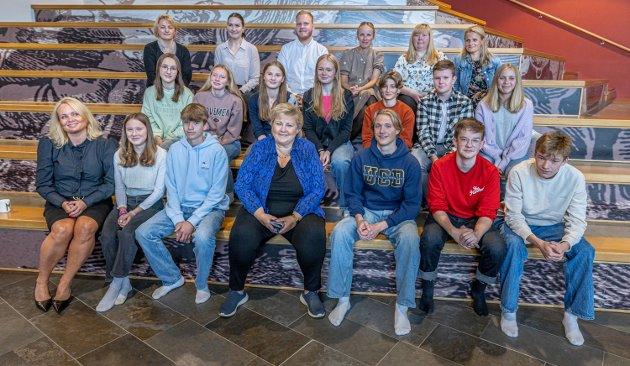 Statsminister Erna Solberg (H) besøkte Langnes skole da hun var på besøk i Tromsø. Her med noen av elevene, og blant dem Iselin Moi, som skrev et innlegg i Nordnorsk Debatt om møte med statsministeren.