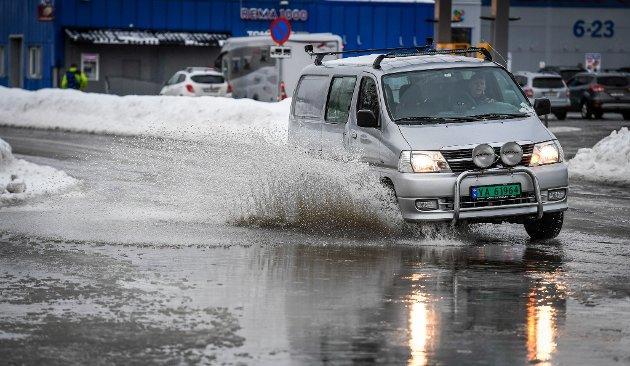 Vann i vegen er et problem både for gående og kjørende. I Ranenget samler det seg alltid mye vann.