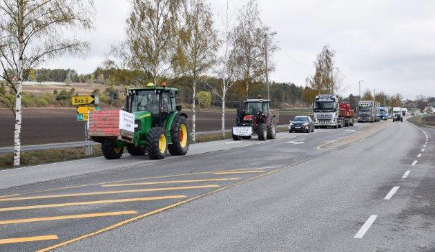Traktorene skapte naturlig nok kø på E16, men den ble nokså raskt løst opp igjen.