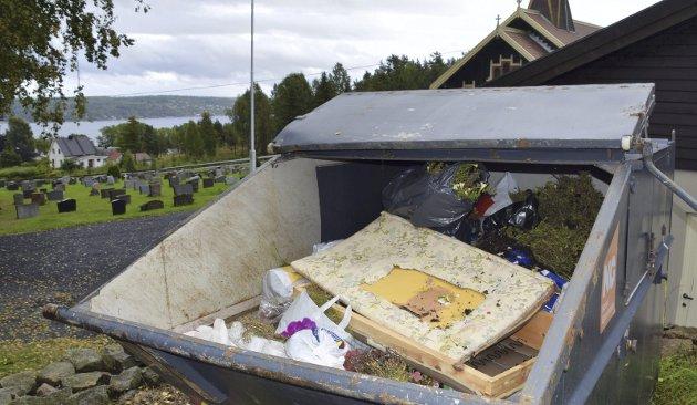 Koster kirken dyrt: Når søppelkonteineren er fylt med mye som ikke skal være der må kirken ut med flere tusen kroner når konteineren skal tømmes.foto: Edgar Dehli
