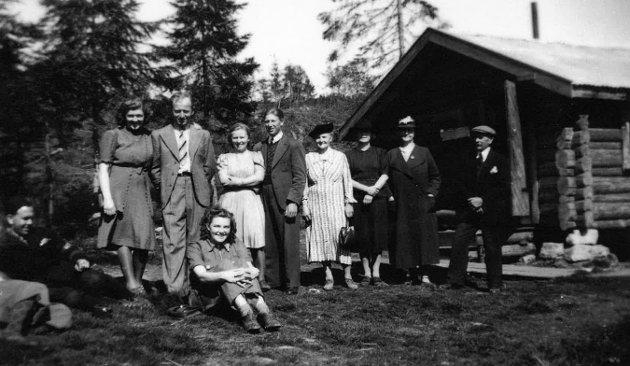 Frigjøring på Guriløkka 1945, ved kommandanthytta. Fra venstre: Rolf Sjøl, vaktmann i leiren, Gerd Teien Ødeskaug, Halvor Ødeskaug, Alfhild Ødeskaug, senere gift Bolstad, Hermann Bolstad, Valborg Teien Kristiansen, sittende, Hermane Karoline Marie Teien, ukjent, Paula og Gustav Sjøl.