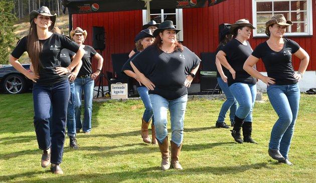 VILLE HESTER I DANS: Gruppa fra Wild Horse Live Dancers Norway med base i Kråkstad og Moss opptrådte med linedance på tunet. Instruktør og leder Anette Holtet (t.v.) og de andre damene så ut til å kose seg mens de viste fram danseegenskapene sine.