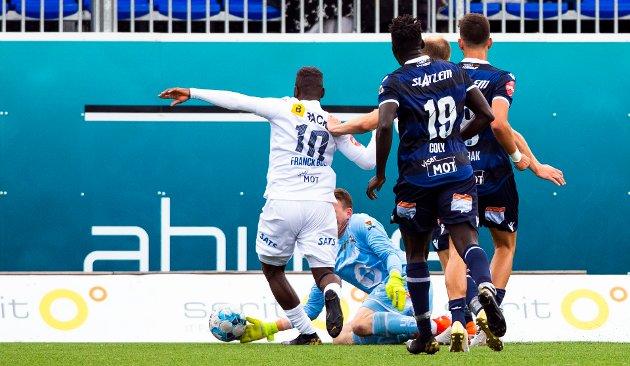 Stabæks Franck Boli får straffespark i denne situasjonen med keeper Sean McDermott i eliteseriekampen i fotball mellom Kristiansund og Stabæk på Kristiansund Stadion.