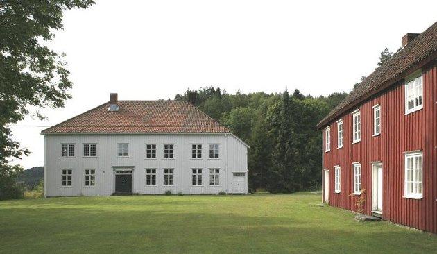 Holt semninar 180 år: På 1800-tallet var Holt-bygda et kultur- og skolesenter av nasjonal betydning. Prestegården på Holt, der seminaret holdt til i andre etasje til venstre, bak de smårutete vinduene.