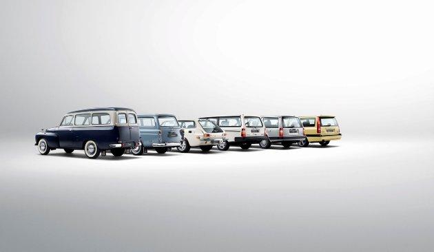 HISTORISK REKKE: Volvo med en serie stasjonsvogner, fra 50-tallet og nyere.   FOTO: Produsenten /