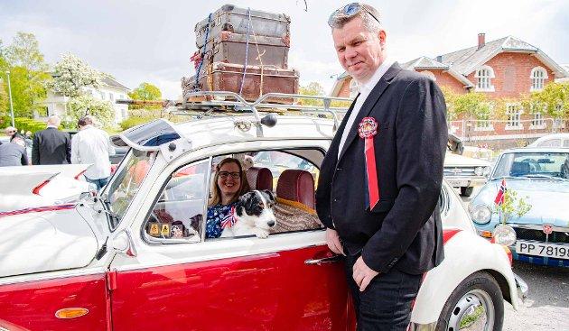 BILDRØM: Mia og Stig Svendstad fra Brekkeskog i Ås har drømt om å eie en folkevogn siden de var små. For syv år siden skaffet de seg én. Og denne nasjonaldagen deltok de i Follos lengste bilkortesje. Hunden Willy hadde de også tatt med på turen. – Jeg drømte om å eie en VW siden jeg var liten, for morfaren min hadde en slik. Så da måtte jo også jeg ha, sier Stig Svendstad. Han forteller at bilen mest blir brukt til moroturer om sommeren, på forskjellige treff og slikt.