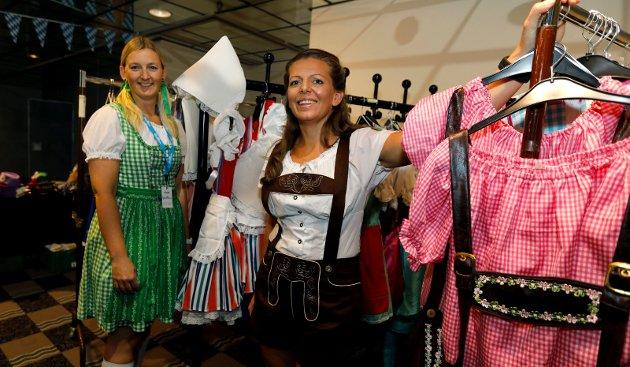 ANTREKK: Aina Hagland og Sølvi Haugen ikledd bayerske drakter. – I løpet av kvelden ender mange opp i andre klær. Og lær, forteller Haugen.