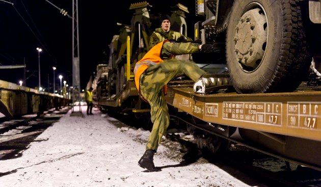 Soldater fra Brigade Nord gjør klar beltevogner og lastebiler for transport til Bergen med tog fra Narvik, i forbindelse med en øvelse i 2013.