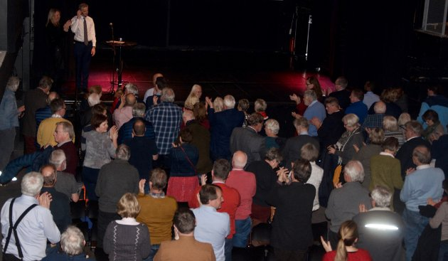 Støre fikk stående applaus fra ca 100 tilhørere i Sekkefabrikken etter endt foredrag.