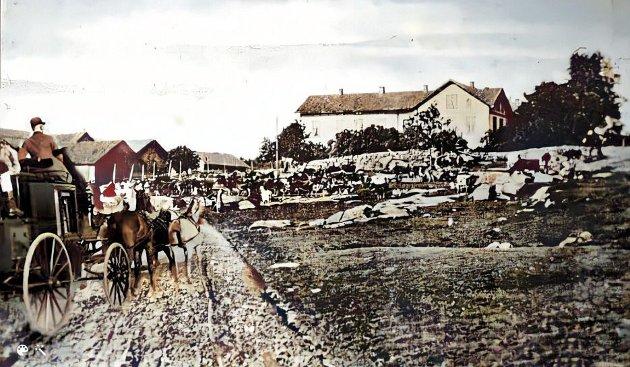 Folk i Sarpsborg husket lenge Percy Sandem Godmans turer gjennom distriktet opp til Hollebys jaktterreng. (Fritt illustrert av Erling Bakken på samtidig postkort av Holleby Gods. I mangel på portrett av Godman).