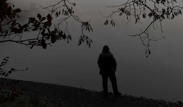 Deprimert kvinne: Svaret er enkelt og utfordrende, skriver Harald Mellom om å møte et menneske som vurderer å ta sitt eget liv: Ved å vise at du bryr deg kan du gjøre en forskjell - og bidra til at et annet menneske velger livet i stedet for døden.