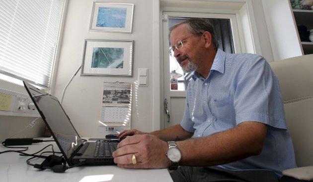 EN SKRIVENDE MANN: Ved denne pulten har Petter Steen jr. skrevet ned sine tanker og erfaringer. Resultatet har blitt en leseverdig bok på nesten 500 sider. Likevel kunne vi håpet på enda mer. ARKIVFOTO: Alfred Aase