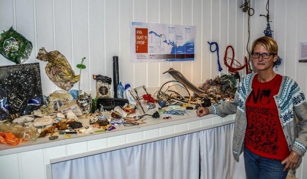 Biblioteket: Renee Sørensen viser fram noe av det plastavfallet som var funnet rundt om på våre strender. Bildet er tatt i juni 2017. Foto: Jimmy Åsen