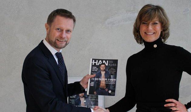 Generalsekretær Grete Herlofsen overleverer underskrifter til helseminister Bent Høie.