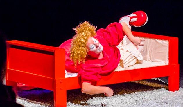 """Skuespiller Torgunn Wold fremførte lørdag barneforestillingen """"Klovn og Klang"""" til et ungt og engasjert publikum i Ås kulturhus. Ås Avis knipset bilder som viser en del av Torgunn Wolds miming og ansiktsuttrykk under forestillingen. Vi kommer med mer fra forestillingen i kommende papiravis. Men her kan man nyte Torgunns sceneuttrykk."""